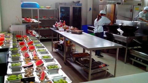 Khu bếp chế biến một chiều của công ty suất ăn công nghiệp Bình Dương VinaGreen